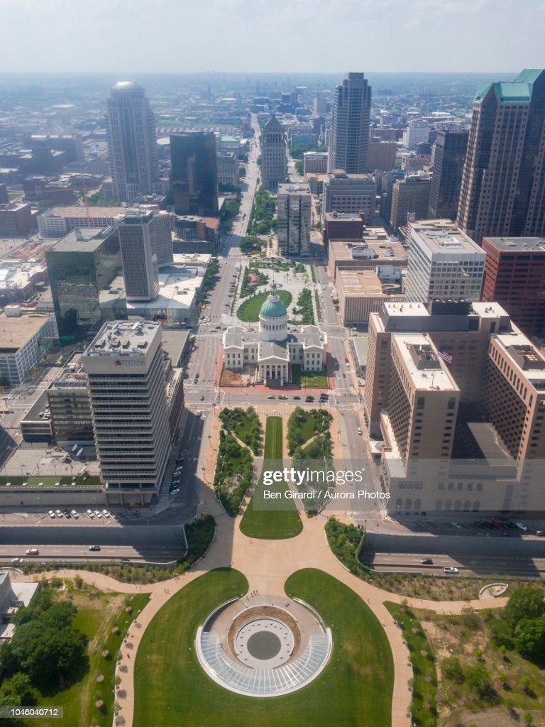 Park in front of state capitol and surrounding buildings, St Louis, Missouri, United States : ストックフォト