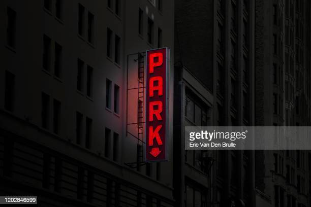 park neon sign at night - eric van den brulle imagens e fotografias de stock
