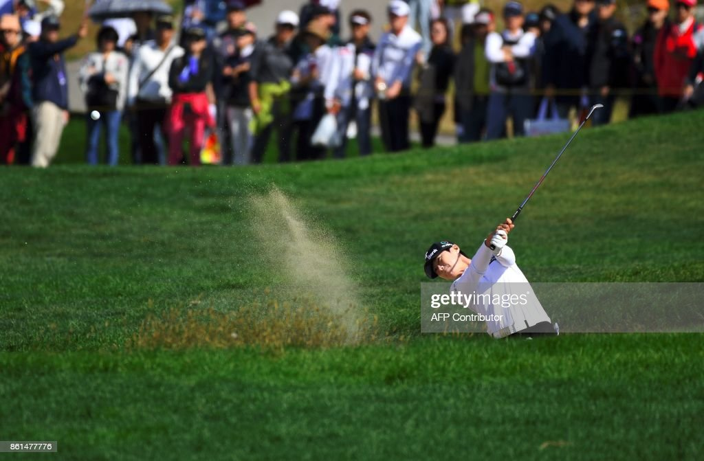 Park Sung-Hyun of South Korea blasts out of a bunker at the 6th hole during the final round of the LPGA KEB Hana Bank Championship at Sky72 Golf Club in Incheon on October 15, 2017. / AFP PHOTO / JUNG Yeon-Je