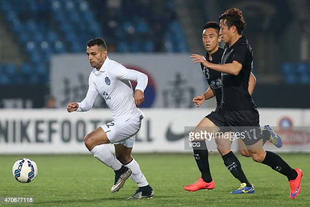 Park Tae-min of Seongnam FC and Gilberto Macena of Buriram United battle for the ball during the AFC Champions League Group F match between Seongnam...