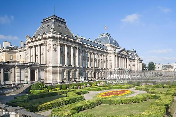 park with belgian royal palace in brussels - neoklassiek stockfoto's en -beelden
