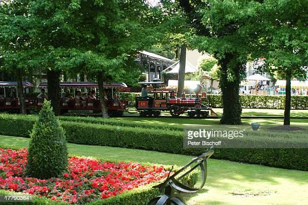 Parkbesucher Europa Park 30jähriges Jubiläum Rust bei Freiburg BadenWürttemberg Deutschland Europa JubiläumsFeier Lokomotive Zug parkanlage Blumen...