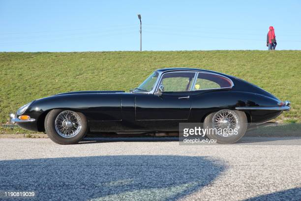 parcheggiata auto d'auto nera nera jaguar e, alla periferia di amburgo, in germania. - jaguar foto e immagini stock
