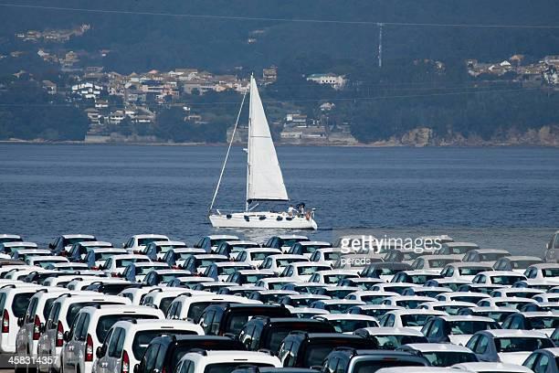 駐車場内のお車、クルーズ船です。 - ビーゴ市 ストックフォトと画像