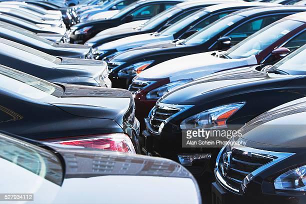 parked cars in row - 固定された ストックフォトと画像
