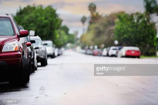 Parkenden Autos auf der Straße in der Abenddämmerung