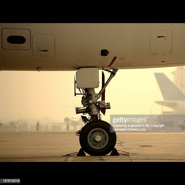 parked in the smog - landing gear stock photos and pictures