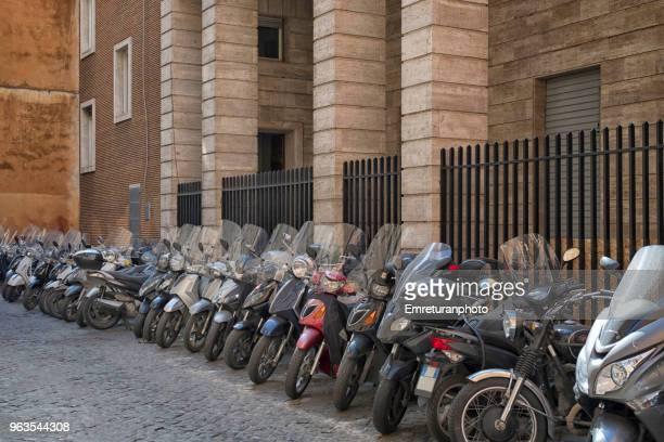 parked motorbikes on a side street in rome. - emreturanphoto fotografías e imágenes de stock