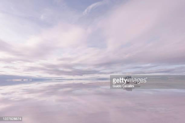 suv parked on uyuni salt flats, salar de uyuni, uyuni, bolivia. - ウユニ塩湖 ストックフォトと画像