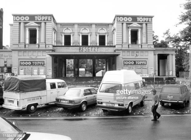 """Parkende Fahrzeuge vor dem Gebäude der """"Roten Flora"""" im Hamburger Schanzenviertel am . Der Konflikt um den umstrittenen Neubau des Hamburger..."""