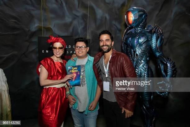 Parker Posey and Ignacio Serricchio pose with a fan during the ConqueCon Queretaro 2018 at Queretaro Centro de Congresos on May 04 2018 in Queretaro...