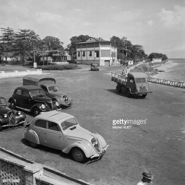 Parking au bord d'une plage a Libreville circa 1950 Gabon
