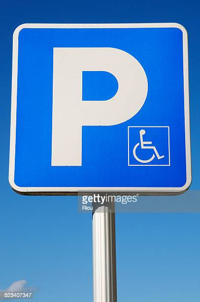 parking for handicapped - letra p fotografías e imágenes de stock