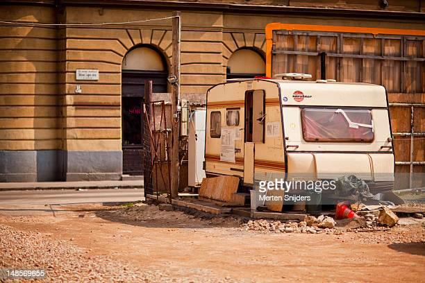 parking lot caravan office on tolnai lajos utca. - merten snijders stockfoto's en -beelden