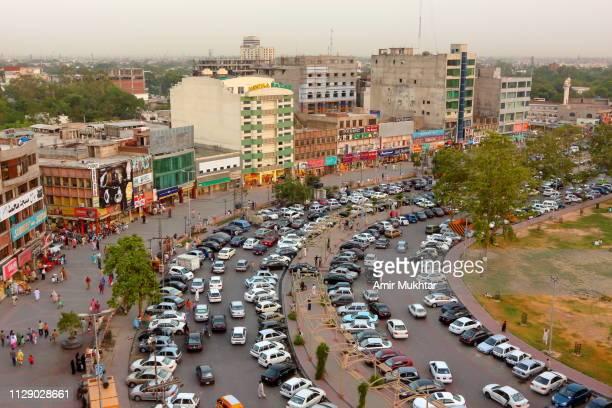 parking lot in market - パキスタン ラホール市 ストックフォトと画像
