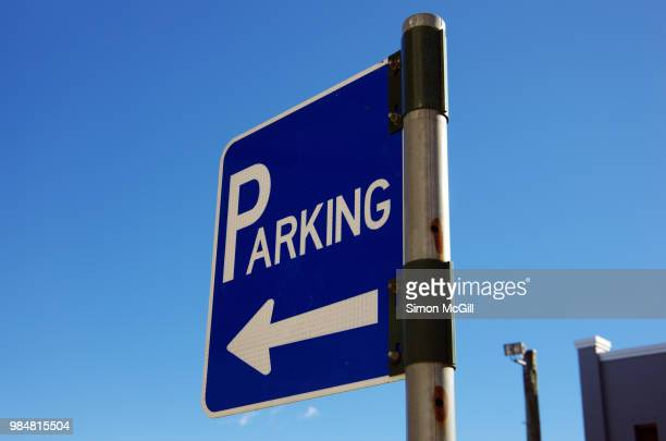 parking sign against a clear blue sky - parking sign stock photos and pictures