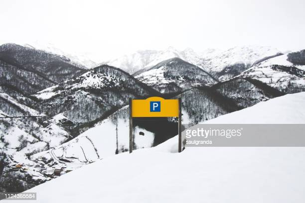 parking sign in the middle of an snowy landscape - road sign board stock pictures, royalty-free photos & images