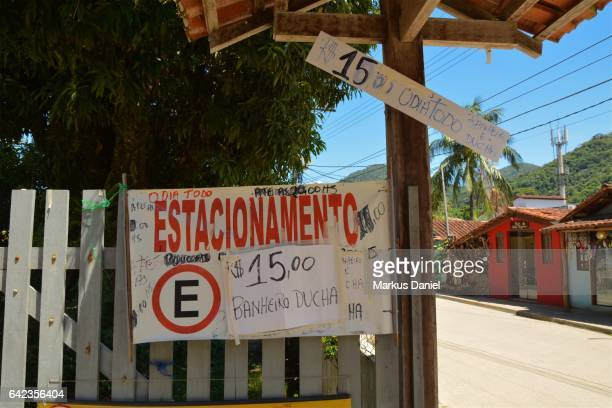 """parking sign in trindade, paraty, rio de janeiro - """"markus daniel"""" stock pictures, royalty-free photos & images"""