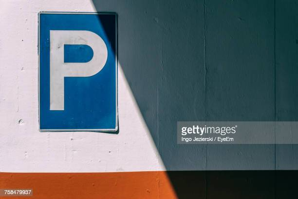 parking sign on wall - parking sign stock photos and pictures