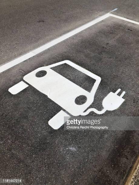 parking spot for electric cars - parkplatz stock-fotos und bilder