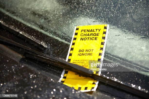 parking ticket on car in rain - penalty fotografías e imágenes de stock