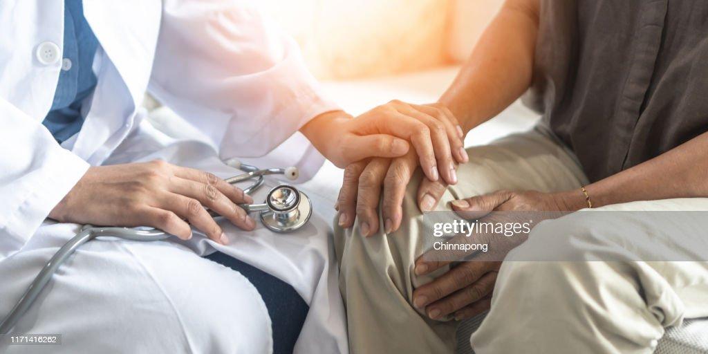 Ziekte van Parkinson patiënt, artritis hand en kniepijn of geestelijke gezondheidszorg concept met geriatrische Arts Consulting onderzoeken ouderen Senior leeftijd volwassene in medisch onderzoek kliniek of ziekenhuis : Stockfoto