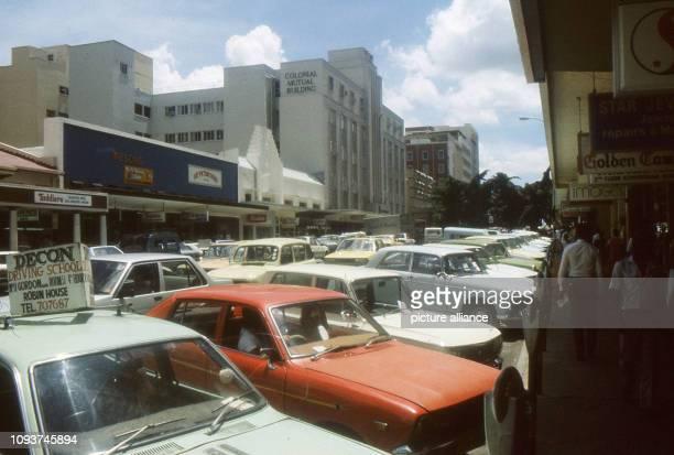 Parkplatzsuche aussichtslos völlig zugeparkt ist diese Geschäftsstraße in der Innenstadt von Harare an normalen Werktagen aufgenommen am Die...