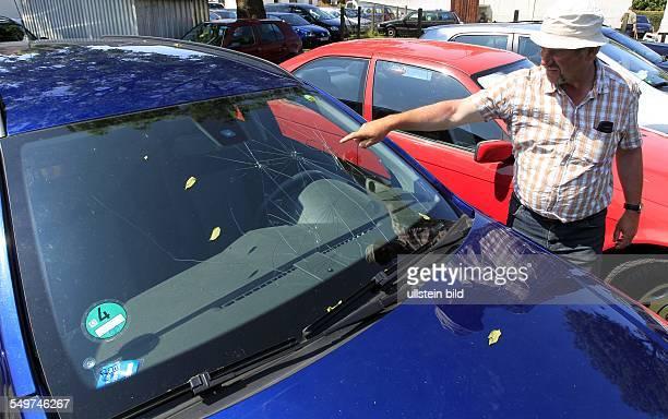 Parkplatzvermieter Martin Mundt zeigt auf seinem Parkplatz in Schaprode ein durch Hagel beschaedigtes Auto eines Hiddenseeurlaubers