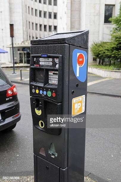 Parkscheinautomat mit Solaranlage in Köln und Hinweis auf Handyparken und Anwohnerparken