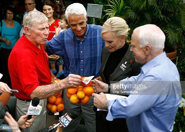 Parksdale Farms coowner Jim Meeks delivers bags of oranges to Republican presidential nominee Sen John McCain and his wife Cindy McCain as Florida...
