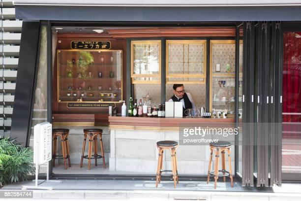 parla-cafe in der ginza bezirk von tokio, japan - gastronomiebetrieb stock-fotos und bilder