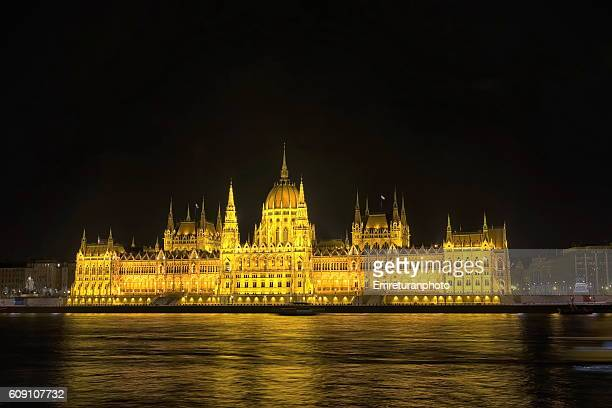 parlament building at night,budapest - emreturanphoto stock pictures, royalty-free photos & images