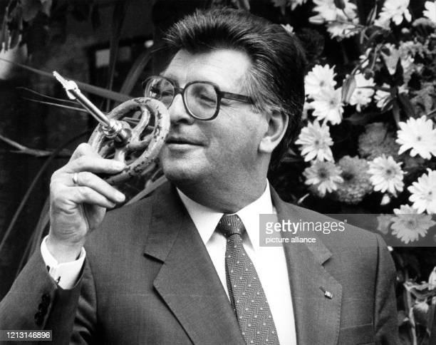 """Parlamentspräsident Philipp Jenniger mit dem originellen Schlüssel in Form eines Wasserabsperrrades, den der Bundesbauminister ihm als dem """"Hausherrn..."""