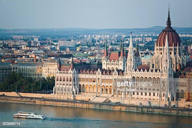 parliament building in budapest - sede do parlamento húngaro - fotografias e filmes do acervo