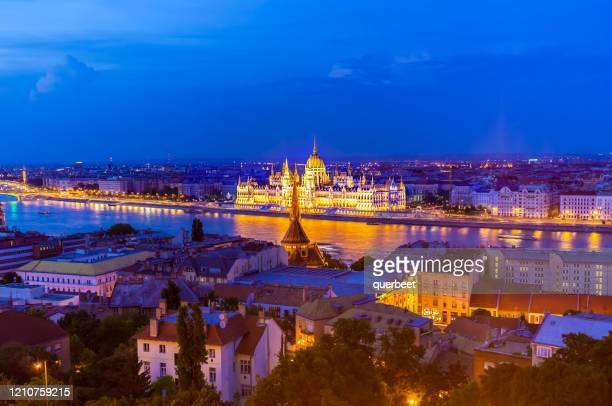 parlement in boedapest bij zonsondergang - stadtsilhouette stockfoto's en -beelden