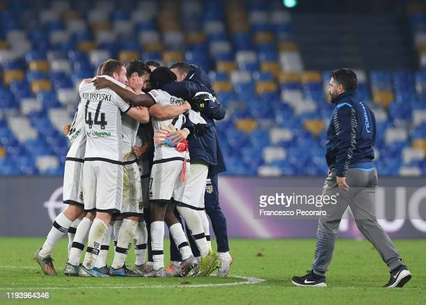 Parma Calcio players celebrate the victory after the Serie A match between SSC Napoli and Parma Calcio at Stadio San Paolo on December 14, 2019 in...