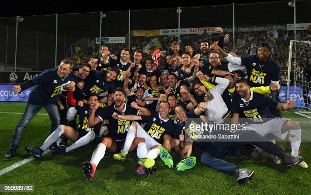 Parma Calcio players celebrate the victory after the Serie B match between AC Spezia and Parma Calcio at Stadio Alberto Picco on May 18 2018 in La...