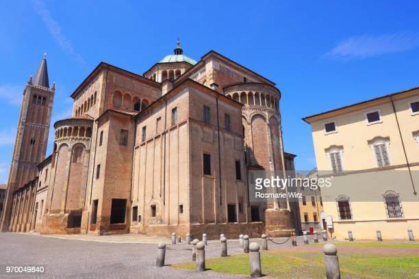 parma city center. low angle view of romanesque cathedral.l - parma foto e immagini stock