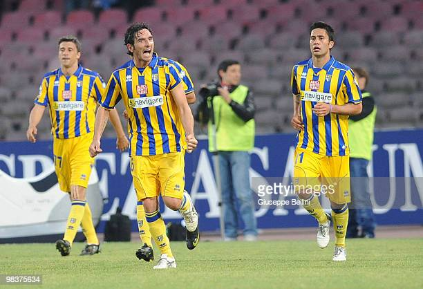 Parma players celebrate with Luis Jimenez after he scored the winning goal during the Serie A match between SSC Napoli and Parma FC at Stadio San...