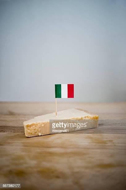 parmesan cheese with small italian flag on wood - bandera italiana fotografías e imágenes de stock