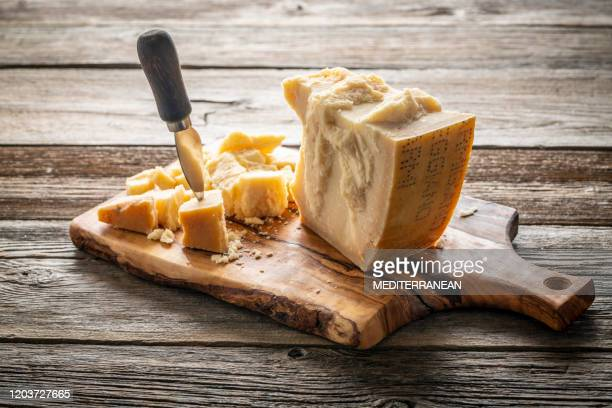 parmezaanse reggiano kaas op snijplank - kaasplank stockfoto's en -beelden