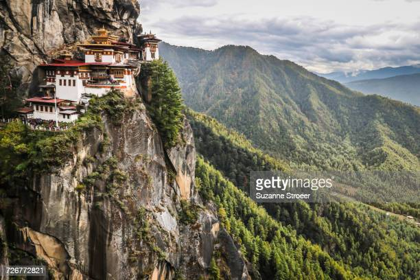 paro taktsang, the tigers nest monastery in bhutan - klooster stockfoto's en -beelden