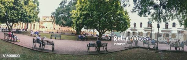 parque colon (columbus park), city square in the center of santo domingo ciudad colonial (colonial city), often the meeting point for local residents and tourists.. - santo domingo dominican republic stock pictures, royalty-free photos & images