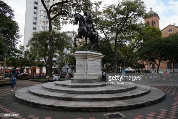 parque de bolivar, statue and people, medellin, colombia - simon bolivar fotografías e imágenes de stock