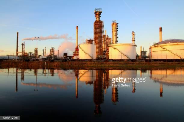 part of a big refinery near rotterdam, the netherlands - frans sellies stockfoto's en -beelden