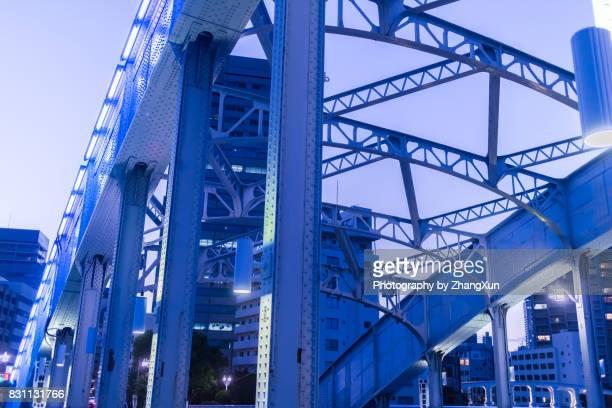 part of eitai bridge illuminated at night, tsukishima, chuo ward, tokyo, japan. - 永代橋 ストックフォトと画像