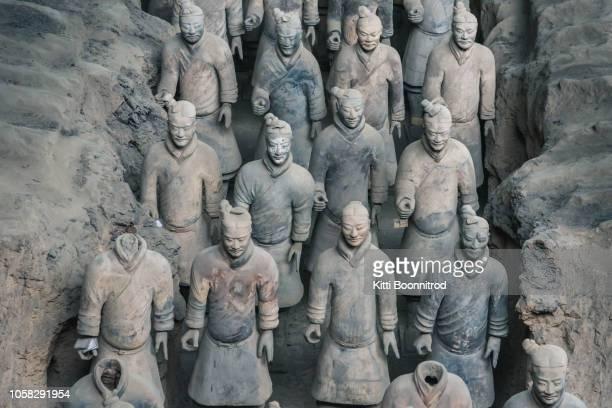 part of terra cotta army in mausoleum of the first qin emperor, xi'an, china - tonkeramik stock-fotos und bilder