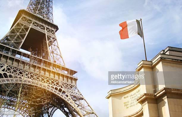 Partie de la Tour Eiffel à Paris avec Drapeau français