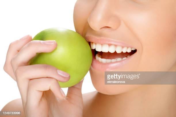parte del viso e denti belli e sani da vicino - sorriso aperto foto e immagini stock