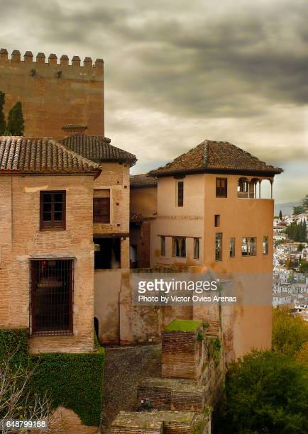 partal houses, tower peinador de la reina, tower of comares and the albaicin in the background in granada, andalusia, spain p - victor ovies fotografías e imágenes de stock